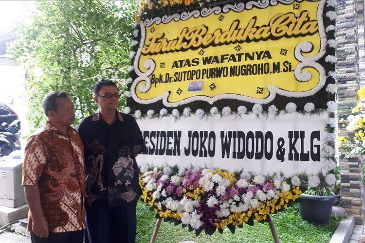 Ayah Sutopo Purwo Nugroho, Suharsono Harsosaputro (kiri) di kediaman Sutopo di Perumahan Raffles Hills, Depok, Jawa Barat, Minggu (7/7/2019).