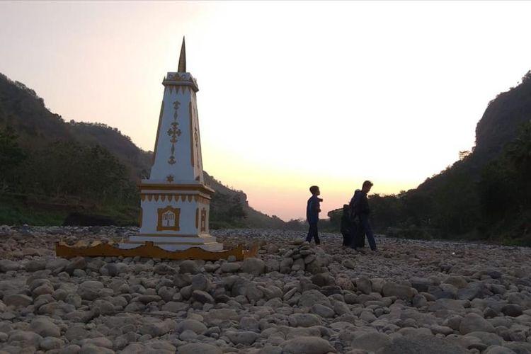 Pengunjung Bermain si Padang Batu di Sungai Oya, Imogiri, Bantul, Minggu (7/7/2019)