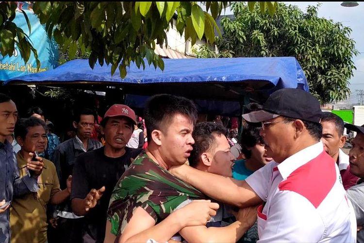 Petugas keamanan FS (22) diamankan pedagang karena diduga membobol kios di Pasar Karanglewas, Kecamatan Purwokerto Barat, Kabupaten Banyumas, Jawa Tengah, Senin (8/7/2010/9).