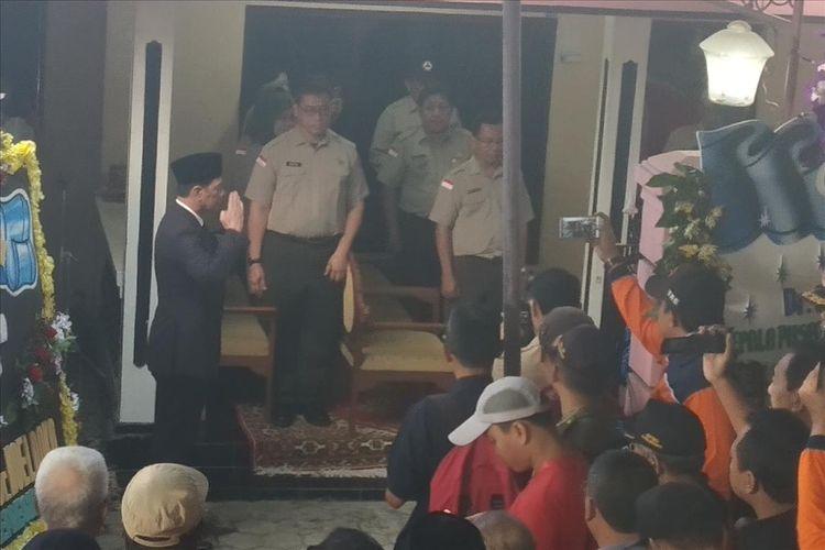 Kepala Badan Nasional Penanggulangan Bencana (BNPB) Letjen TNI Doni Monardo memimpin upacara pelepasan jenazah Kepala Pusat Data Informasi dan Humas (Pusdatinmas) BNPB Sutopo Purwo Nugroho di rumah duka Surodadi RT 007/RW 009, Siswodipuran, Boyolali, Jawa Tengah, Senin (8/7/2019).