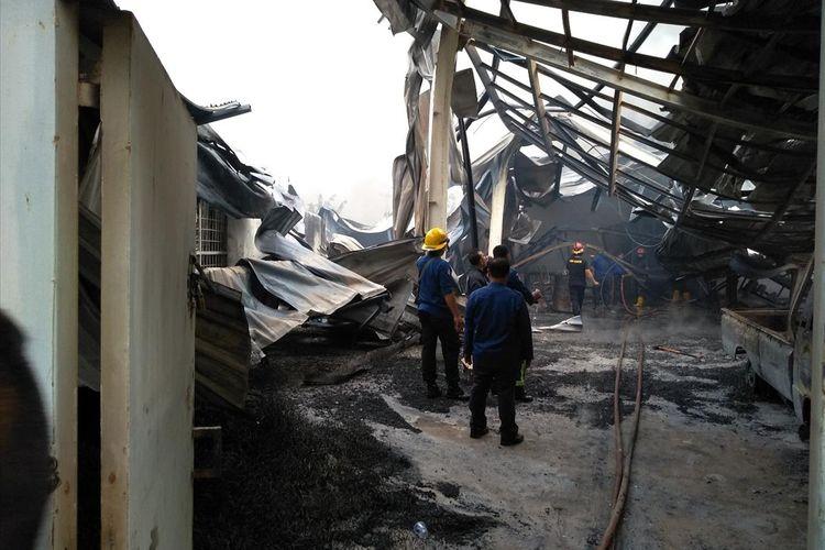 Petugas kebakaran memantau puing-puing pabrik busa di Dusun Dua A, Desa Manunggal, Kecamatan Medan Labuhan, Deli Serdang, Selasa pagi (9/7/2019).