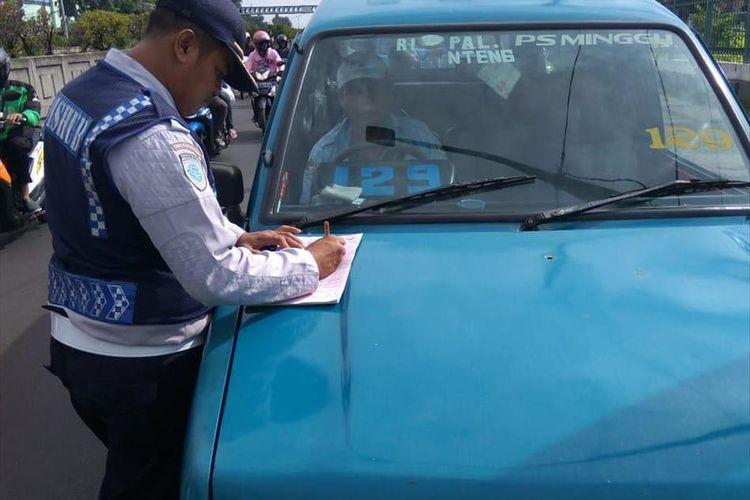 Petugas Dishub tilang angkutan umum di Kawasan Pasar Minggu, Jakarta Selatan, Selasa (9/7/2019)