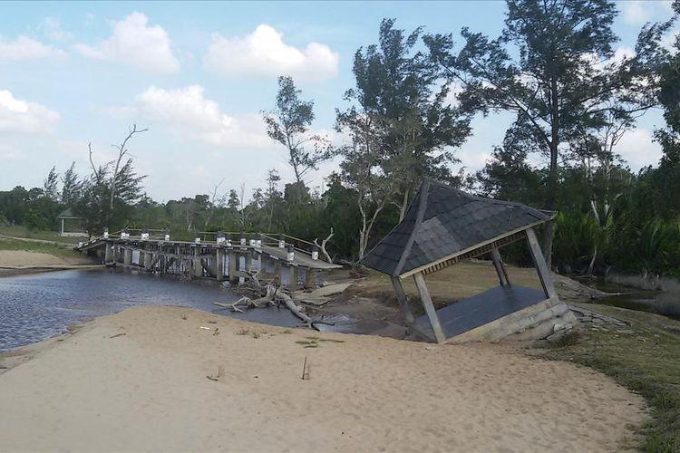 Jembatan dan gazebo di Pantai Terentang, Bangka Tengah yang pernah jadi lokasi pengamatan GMT, rusak terkena abrasi, Selasa (9/7/2019).