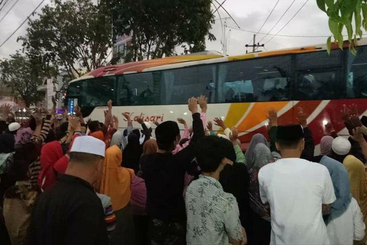Warga Pamekasan melepas anggota keluarganya yang berangkat ibadah haji di depan masjid agung Assyuhada Pamekasan, Selasa (9/7/2019).
