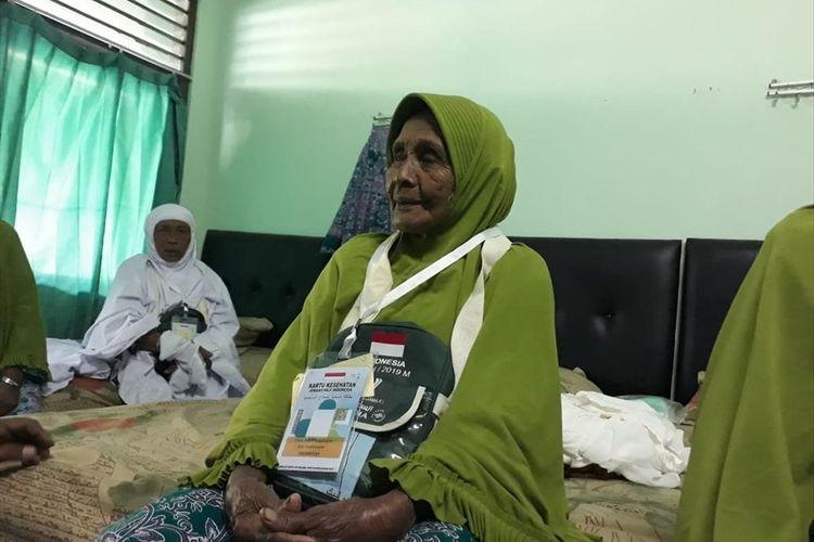 Nenek Tiwa, jamaah haji tertua dari Embarkasi Surabaya