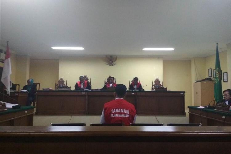 Muhammad Rusdi (21), terdakwa pembunuhan Aldama Putra Pongkala taruna tingkat 1 ATKP Makassar sewaktu memberi keterangan di Pengadilan Negeri Makassar, Rabu (10/7/2019).