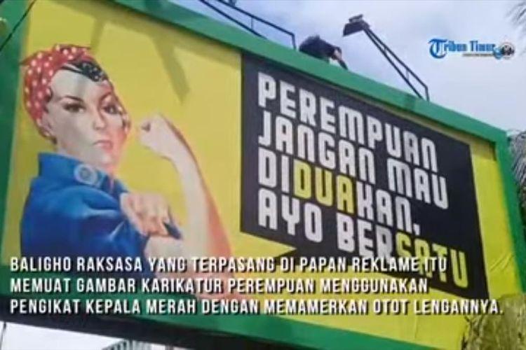 Baliho bertuliskan 'Perempuan Jangan Mau Diduakan, Ayo Bersatu' yang diturunkan Bapenda Makassar di Jalan Andj Djemma, Kecamatan Mamajang, Kota Makassar, Selasa (9/7/2019).