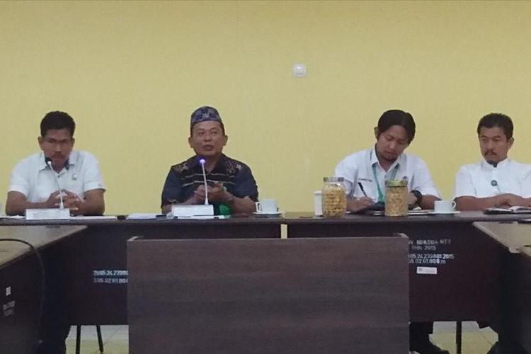 Kepala Balai Besar Konservasi Sumber Daya Alam (BBKSDA) NTT, Timbul Batubara (Kedua dari kiri bertopi), saat memberikan keterangan pers kepada sejumlah wartawan di Kupang, Kamis (11/7/2019)