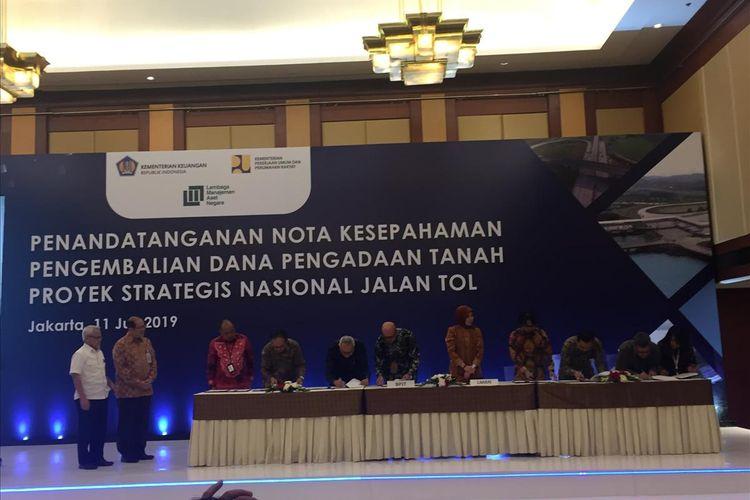 Penandatanganan nota kesepahaman pengembalian dana talangan tanah antara LMAN, BPJT dan BUJT di Jakarta, Kamis (11/7/2019).