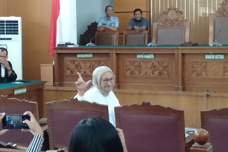 Ratna Sarumpaet acungkan dua jari sebelum sidang pembacaan putusan berlangsung di Pengadilan Negeri Jakarta Selatan, Kamis (11/7/2109)