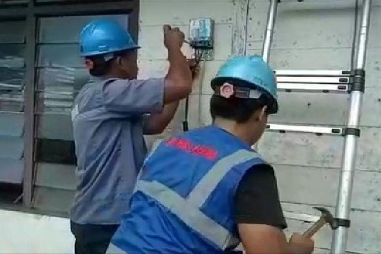 Petugas PLN saat memasang instalasi listrik di rumah warga kurang mampu di Belitung.