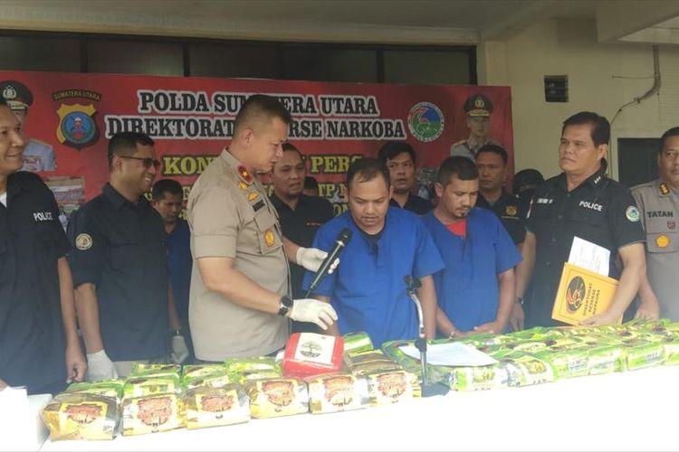 Salah seorang tersangka kasus 59 kg sabu memberikan jawaban ketika dihadapkan pada awak media yang hadir dalam konferensi pers di Mapolda Sumut, Kamis (11/7/2019). Dalam pengungkapan ini, 7 orang berhasil ditangkap dan 1 orang masih DPO.
