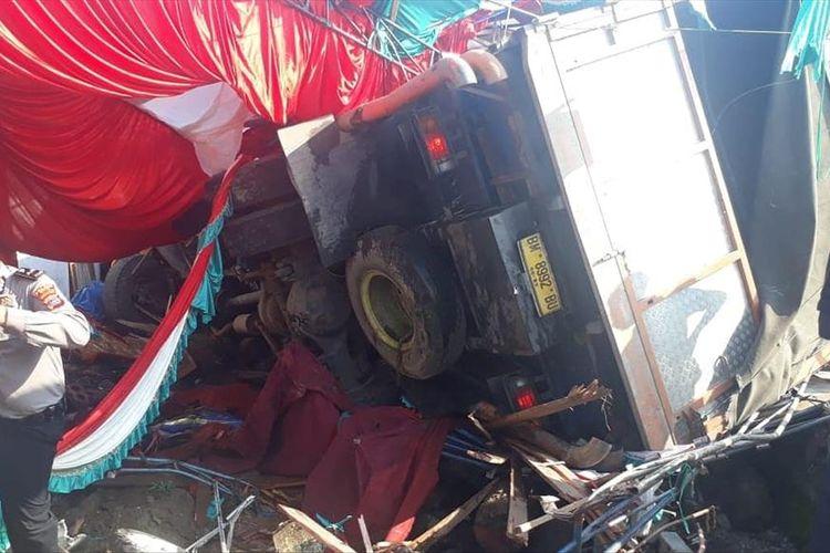 Sebuah truk fuso menyeruduk pesta perkawinan warga di Gunung Talang, Kabupaten Solok, Sumatera Barat, Jumat (12/7/2019). (Dok: Instagram Derizonyazid/infowarga)