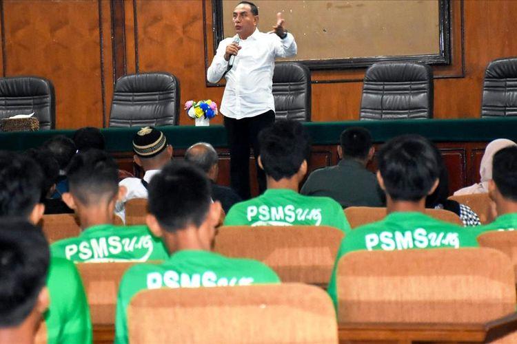 Gubernur Sumut Edy Rahmayadi berbincang dan memotivasi para pengurus dan suporter PSMS di gedung Bina Graha, Medan, Jumat (12/7/2019)