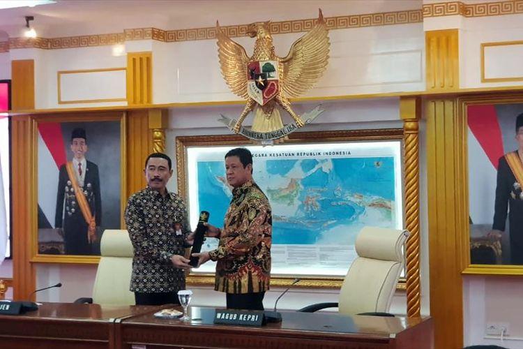 Wagub Kepri Isdianto menerima SK Plt Gubernur Kepri yang diberikan oleh Sekretaris Jenderal (Sekjen) Kemendagri Hadi Prabowo.