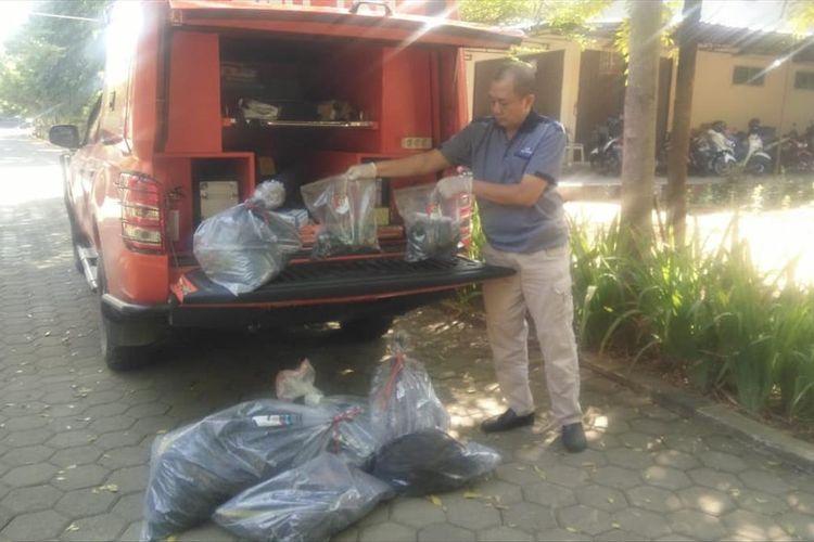 Polisi mengamankan barang bukti dari lokasi penemuan potongan tubuh di Mapolres Banyumas, Jawa Tengah, Sabtu (13/7/2019)