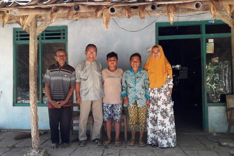 Muhammad Pasha Pratama bersama Keluarganya Berfoto dengan Kepala Disdikpora Gunungkidul Bahron Rosyid (Baju Putih Berkacamata) (Dokumentasi Disdikpora Gunungkidul)