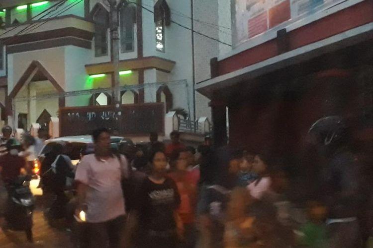 Gempa bumi magnitudo 7,2 di Halmahera membuat Warga Kota Ternate, Maluku Utara lari berhamburan keluar, Minggu (14/07/2019)
