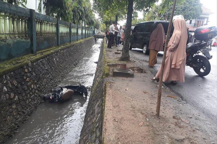 Motor pelajar SMK negeri 1 Palopo terjungkal ke Got setelah berupaya menyalib kendaraan angkutan kota di jalan Opu To Sappaile, Kelurahan Boting, Kecamatan Wara, Kota Palopo, Senin (15/07/2019)