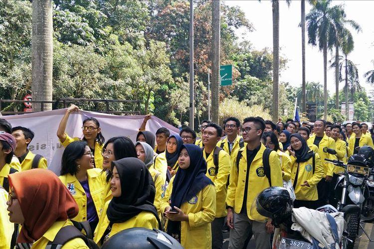 Aksi Mahasiswa Universitas Indonesia Tolak Secure Parking di UI,  Depok, Senin (15/7/2019).
