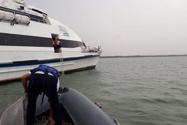 Kapal Indra Bupala, yang melayari rute Singapura - Bintan, Kepulauan Riau kandas di sekitar pelabuhan Lobam, Kabupaten Bintan, Senin (15/7/2019).  Belum diketahui apa penyebabnya, namun sampai saat ini tim gabungan Basarnas masih berupaya melakukan evakuasi terhadap kapal tersebut.