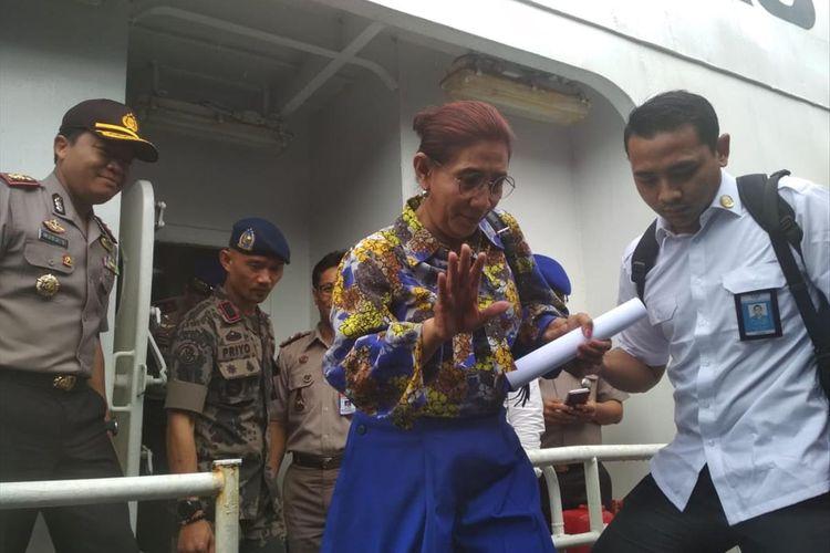 Menteti Kalautan dan Perikanan Susi Pudjiastuti bersama unsur TNI AL dan Polri melakukan pemeriksaan ke dalam kapal MV Nika berbendera Panama, yang saat ini telah berada di Dermaga Golden Fish Barelang, Batam, Kepulauan Riau.