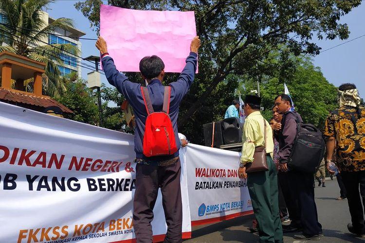 Aksi unjuk rasa sejumlah guru dan kepala sekolah yang tergabung dalam Badan Musyawarah Perguruan Swasta (BMPS) Kota Bekasi, Selasa (16/7/2019).