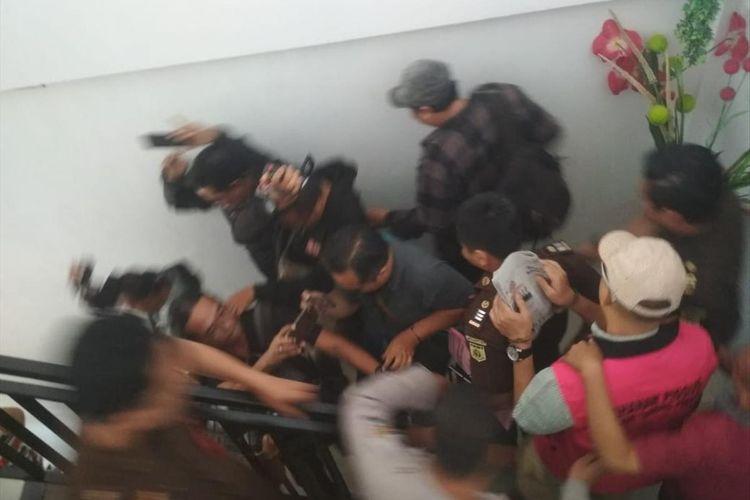 Tersangka kasus dugaan korupsi Jasmas DPRD Surabaya (rompi merah muda) keluar dari ruang pemeriksaan Kejaksaan Negeri Tanjung Perak Surabaya, Selasa (16/7/2019)