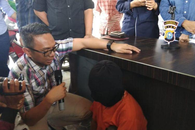 Kasat Reskrim Polresta Pekanbaru AKP Awaluddin Syam menginterogasi tersangka LG, pelaku penculikan dan pencabulan anak di bawah umur, saat konferensi pers di Polresta Pekanbaru, Riau, Selasa (16/7/2019).