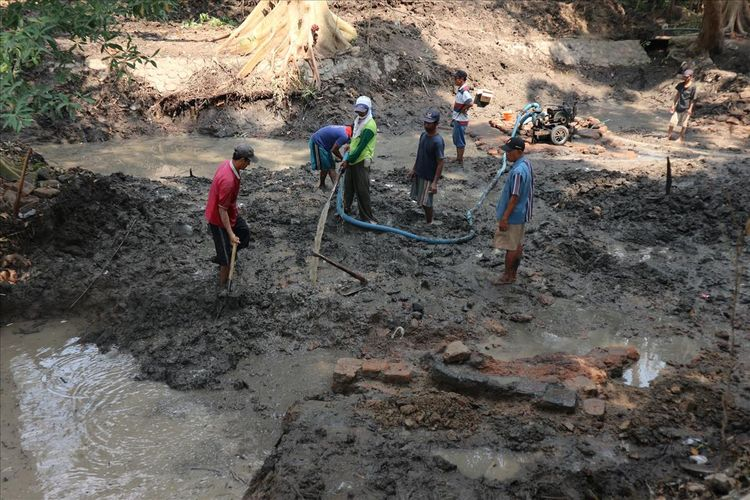 Struktur bangunan dari bata kuno kembali ditemukan saat penggalian di dasar sendang Sumberbeji, Selasa (16/7/2019). Penemuan ini merupakan penemuan ketiga di lokasi penemuan situs purbakala di Dusun Sumberbeji, Desa Kesamben, Kecamatan Ngoro, Kabupaten Jombang, Jawa Timur.