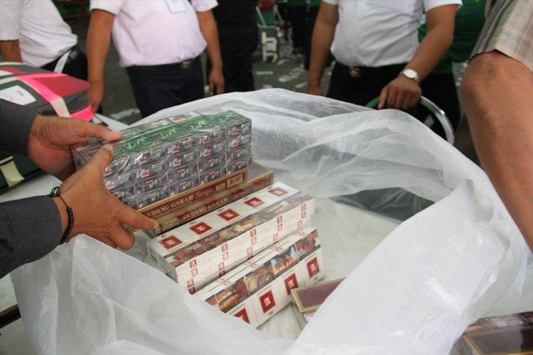 Rokok milik jamaah calon haji yang disita oleh PPIH Embarkasi Surabaya