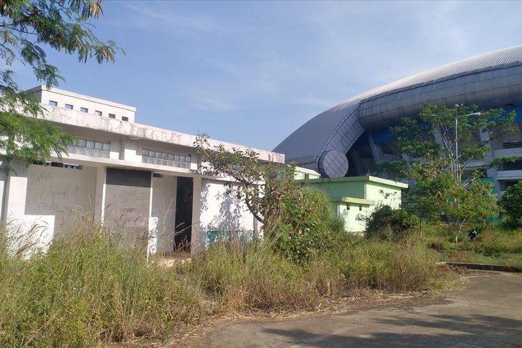 Bagian luar Stadion Gelora Bandung Lautan Api (GBLA) yang tidak terawat.