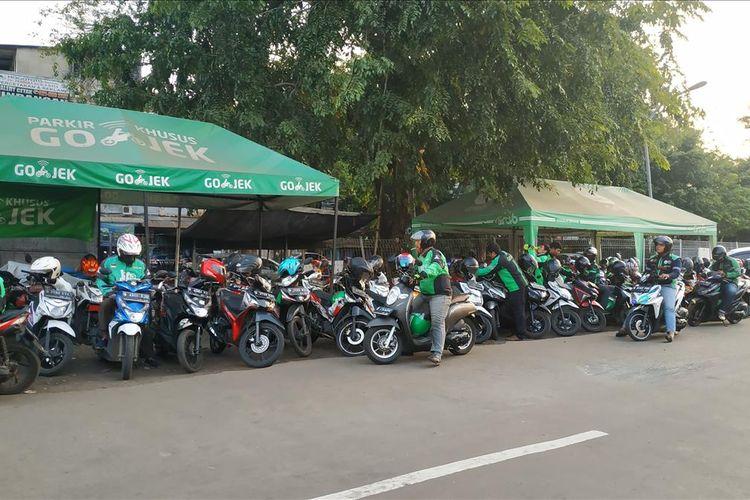 Lokasi lay bay yang jadi area khusus bagi pengendara ojek online menunggu penumpang commuter line di Stasiun Bekasi.