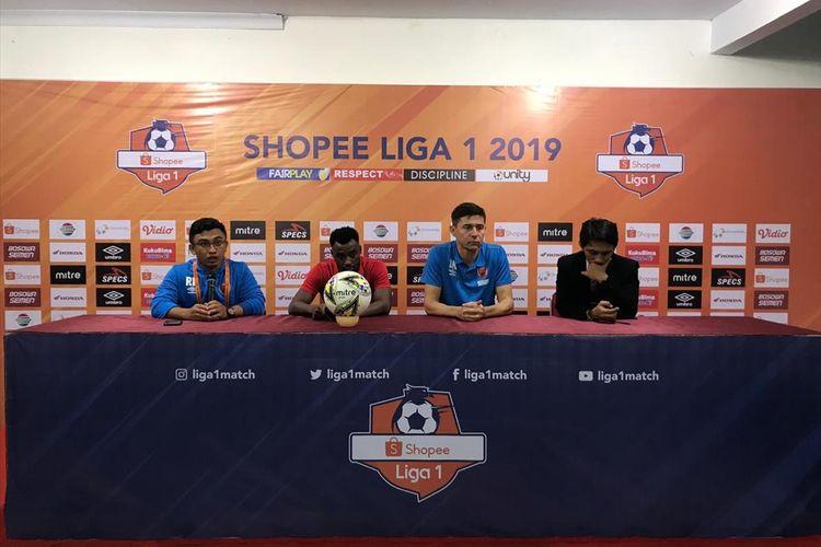 Pelatih PSM Makassar Darije Kalezic dan Penyerang PSM Guy Junior (tengah) saat konferensi pers usai pertandingan melawan Persebaya Surabaya di Stadion Andi Mattalatta, Kamis (18/7/2019).