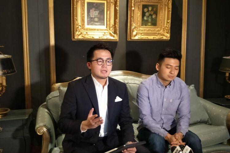 Youtuber Rius Vernandes dan Pengacara Abraham Sriwidjaja saat konferensi pers di Hotel Da Vinci, Sudirman, Jakarta Pusat, Kamis (18/7/2019)