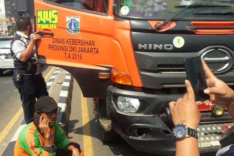Truk sampah milik Pemprov DKI Jakarta terlibat kecelakaan dengan pemotor di Jalan Jenderal Ahmad Yani, Bekasi, Kamis (18/7/2019).