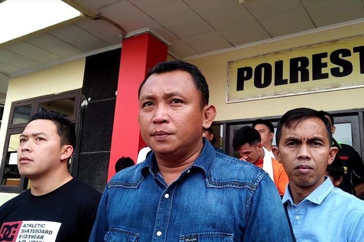 Kasat Reskrim Polresta Palembang Kompol Yon Edi Winara memberikan keterangan terkait kasus penganiayaan siswa SMA Taruna Indonesia saat mengikuti kegiatan orientasi, Kamis (18/7/2019).