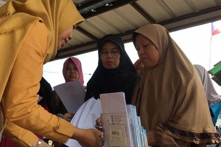 Seorang petugas dari BPJS Kesehatan melayani warga Desa Mejagong, Randudongkal, Pemalang Jawa Tengah.