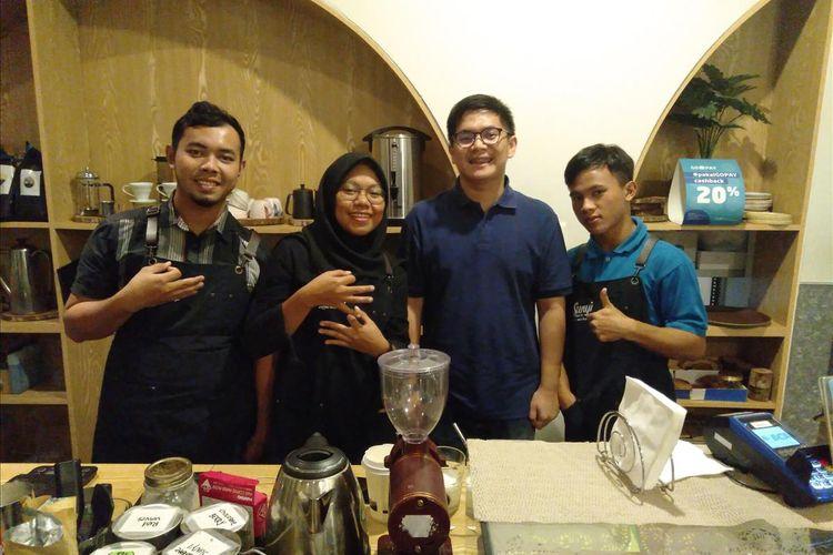 Owner Kafe Sunyi House of Coffee and hope, Renaldo Garcia bersama karyawanya, Kamis (18/7/2019)