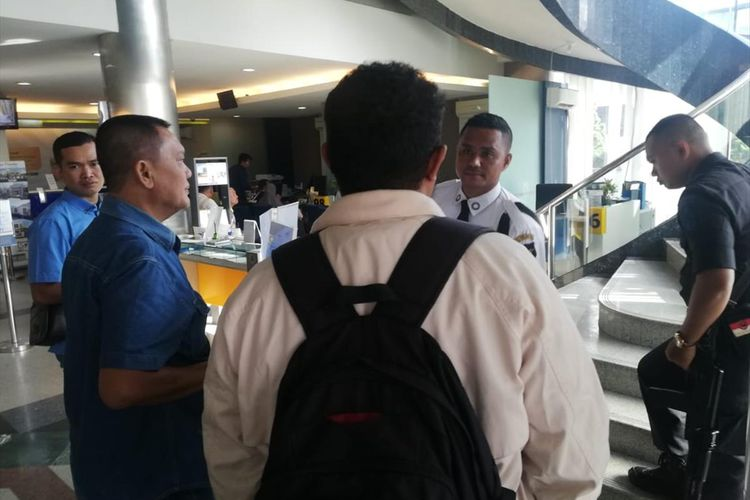 Sejumlah nasabah yang kehilangan saldo ATM mendatangi Bank Mandiri di Jalan Jenderal Sudirman, Pekanbaru, Riau, Sabtu (20/7/2019).