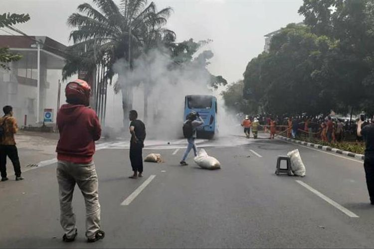 Sebuah mini bus Transjakarta jurusan Kampung Melayu-Pulogebang terbakar di Jalan Basuki Rahmat tepatnya depan pom bensin Basuki Rahmat, Cipinang Besar Selatan, Jatinegara, Sabtu (20/7/2019) pukul 11.45.