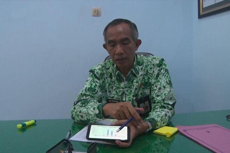 Kepala dinas kesehatan Kabupaten Pacitan Jawa Timur Eko Budiono, menunjukkan data perkembangan jumlah penderita hepatitis-A, di ruang kerja (20/07/2019)