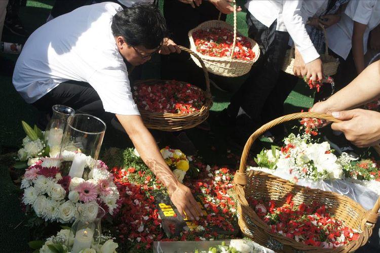 Prosesi pemakaman Arswendo Atmowiloto di San Diego Hills, Karawang, Jawa Barat, Sabtu (20/7/2019).