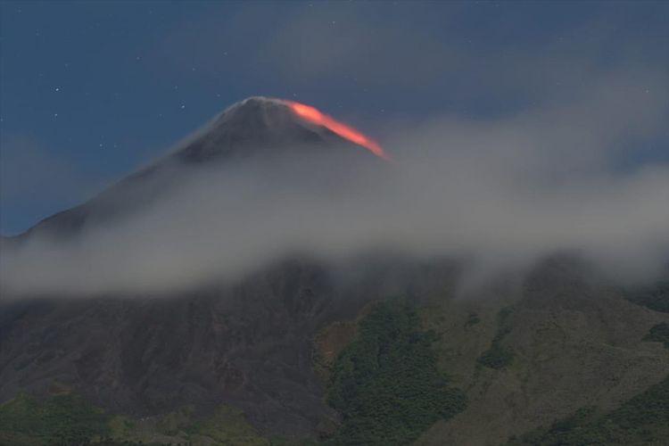 Gunung Karangetang meluncurkan guguran lava diambil dari Ulu Siau, Selasa (16/7/2019) malam