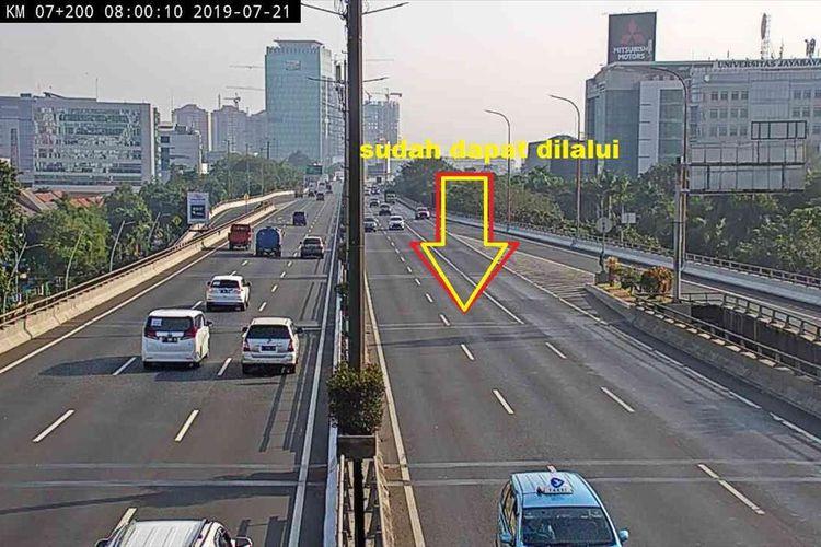 Situasi terkini lalu lintas di KM 5 Tol Wiyoto Wiyono arah Cawang pasca kebakaran truk Pertamina yang melibatkan mobil merk Cayla, Minggu (21/7/2019).
