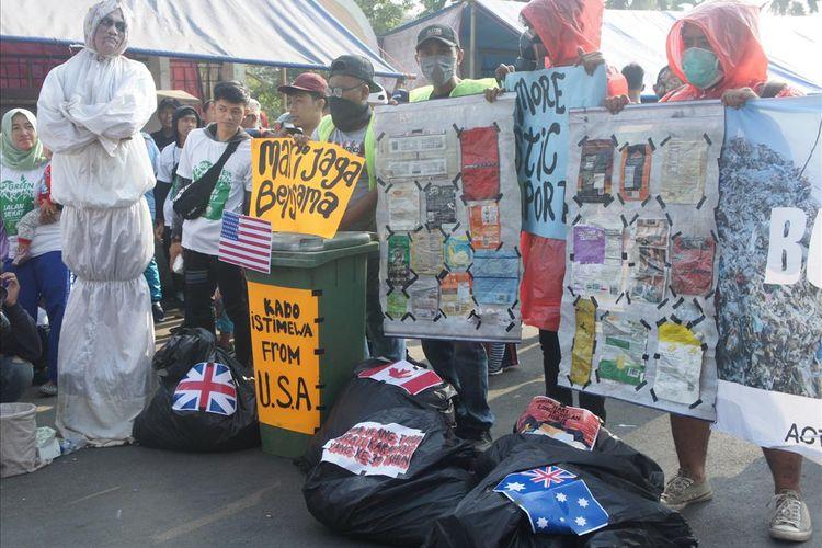 Sejumlah pegiat lingkungan menggekar aksi menolak sampah impor di sela peringatan Hari Lingkungan Hidup Sedunia di sekitar Alun-Alun Karawang, Minggu (21/7/2019).