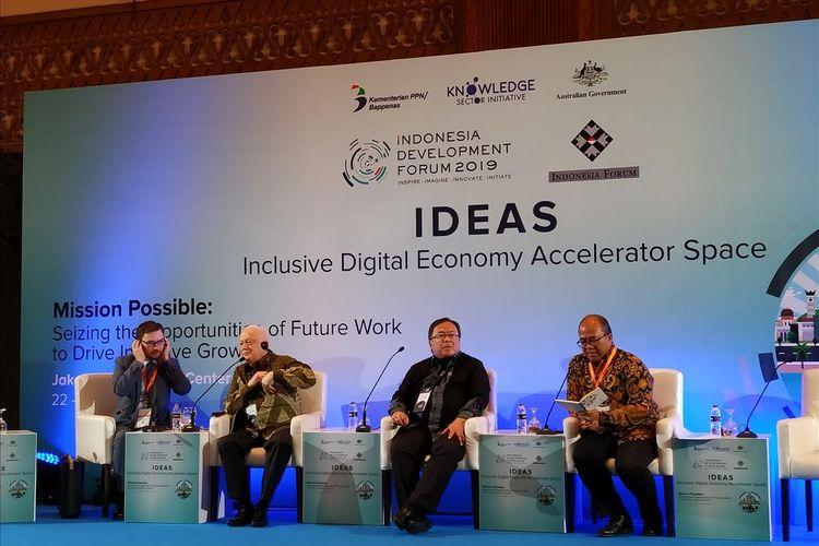 Menteri Perencanaan Pembangunan Nasional/Badan Perencanaan Pembangunan Nasional (PPN/Bappenas) Bambang Brodjonegoro (tengah) memberi penjelasan di  Jakarta Convention Center (JCC), Jakarta, Senin (22/7/2019).