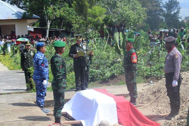 Proses pemakaman Pratu Anumerta Usman Halembo di Taman Makam Pahlawan Wamena, Kabupaten Jayawijaya, Papua (22/07/2019)