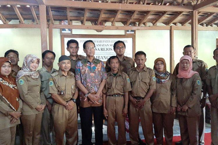 Gubernur DIY Sri Sultan Hamengku Buwono X ( Batik) Saat Kunjungan ke Desa Rejosari, Kecamatan Semin, Gunungkidul Senin (22/7/2019)