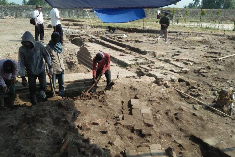 Petugas dari Balai Pelestarian dan Cagar Budaya (BPCP) Banten tengah melakukan ekskavasi atau penggalian di kawasan Keraton Surosowan, Senin (22/7/2019)